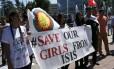 Em Genebra, em frente à sede das Nações Unidas, mulheres carregam faixa pedindo proteção de meninas contra Estado Islâmico