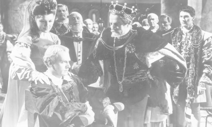 Laurence Olivier como o príncipe que deve vingar a morte do pai Foto: Reprodução
