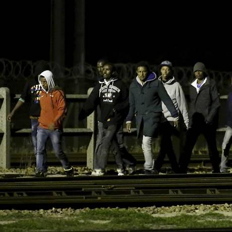 Imigrantes tentam acessar o Eurotúnel em Frethun, perto de Calais Foto: PASCAL ROSSIGNOL / REUTERS