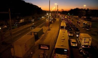 Trânsito na Avenida Brasil, na altura da Penha, próximo ao trevo das Margaridas Foto: Rafael Moraes / Agência O Globo