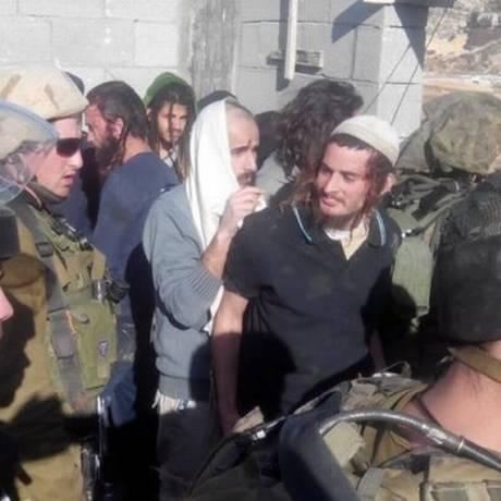 Meir Ettinger é retirado de vila na Cisjordânia, em 2014. Extremista foi preso nesta segunda-feira Foto: Rabbis for Human Rights
