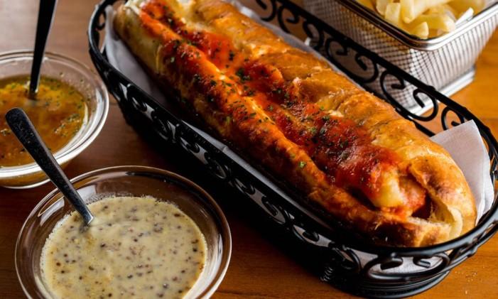 Cachorro quente do Empório Jardim: pão feito na casa, salsicha Frankfürter e mostarda Dijon Foto: Tomas Rangel / O Globo