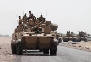 Tanques e veículos blindados da coalizão liderada pela Arábia Saudita chegam à periferia da cidade portuária iemenita de Aden Foto: SALEH AL-OBEIDI / AFP