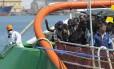 Imigrantes desembarcam no porto siciliano de Palermo, na Itália
