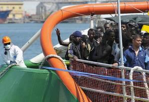 Imigrantes desembarcam no porto siciliano de Palermo, na Itália Foto: STRINGER/ITALY / REUTERS