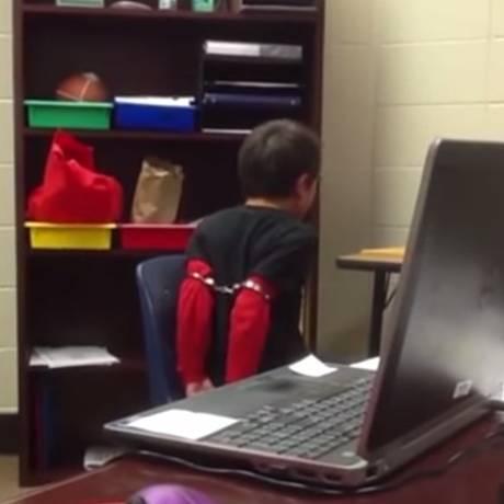 Menino de oito meses é algemado em escola de Kentucky por policial Foto: Reprodução vídeo