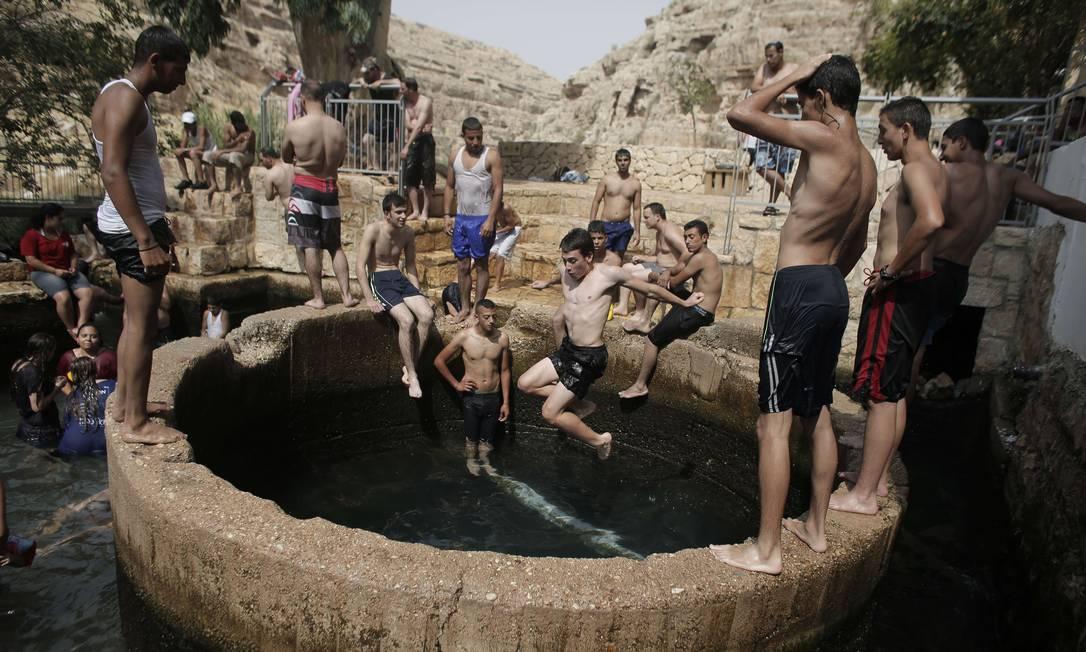 Palestinos e israelenses tomam banho em piscana natural em Ein Fawwar, na Cisjordânia AHMAD GHARABLI / AFP