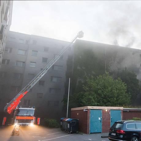 Bombeiros tentam controlar chamas em bunker de Hamburgo após incêndio seguido de explosão Foto: DANIEL BOCKWOLDT / AFP