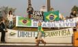 Manifestantes fazem protesto na porta da PF de Curitiba