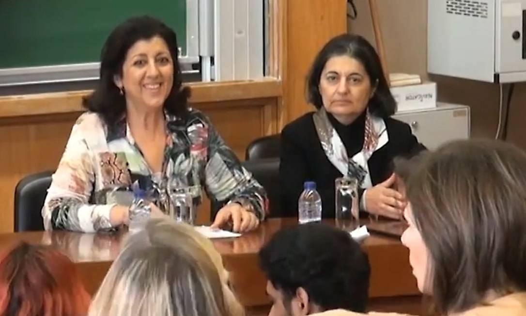 A professora Cássia Turci (à esquerda) com alunos brasileiros na Universidade de Coimbra Foto: Reprodução de vídeo / Agência O Globo