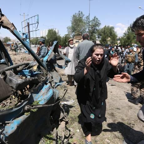 Em 30 de junho, mulher afegã chora no local de um ataque suicida contra um comboio da Otan em Cabul, no Afeganistão Foto: Rahmat Gul / AP