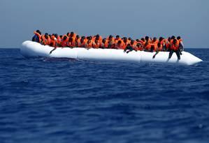 Dezenas de imigrantes são resgatados na costa da Líbia em uma operação na segunda-feira. Mais de duas mil pessoas morreram no Mediterrâneo só neste ano Foto: DARRIN ZAMMIT LUPI / REUTERS
