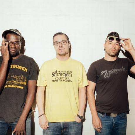 Tunde Adebimpe, Mike Patton e Doseone formam a banda Nevermen Foto: Peter Hinson / Divulgação