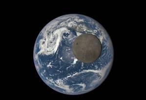 Imagens mostram a Lua e a Terra iluminados pelo Sol Foto: NASA