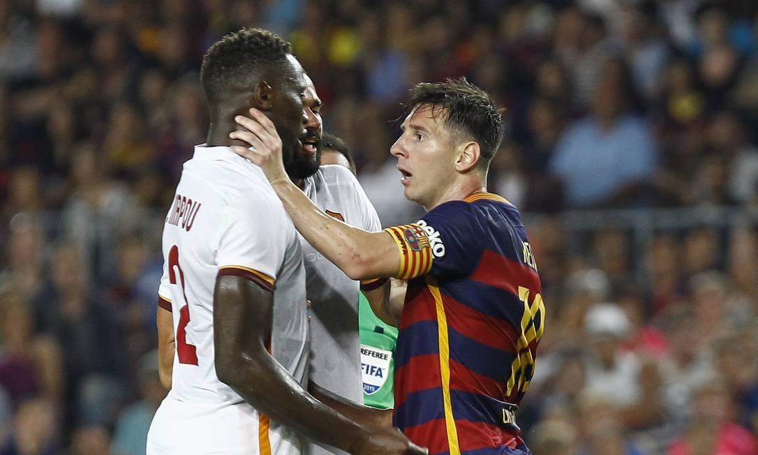 Irritado, o craque Messi chegou a agredir o zagueiro francês Yanga-Mbiwa QUIQUE GARCIA / AFP