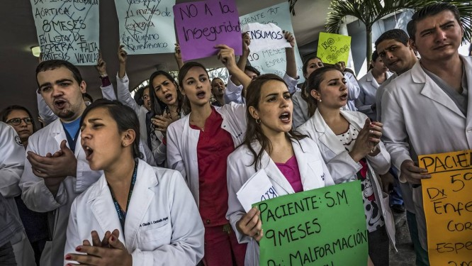 Protesto. Médicos reclamam de falta de equipamento nos hospitais. Mais de 13 mil profissionais de saúde deixaram a Venezuela nos últimos anos por falta de condições de trabalho Foto: MERIDITH KOHUT/NYT