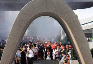 Milhares pessoas no Japão relembram o 70º aniversário do ataque nuclear dos EUA em Hiroshima. Mais de 140 mil pessoas morreram Foto: JIJI PRESS / AFP
