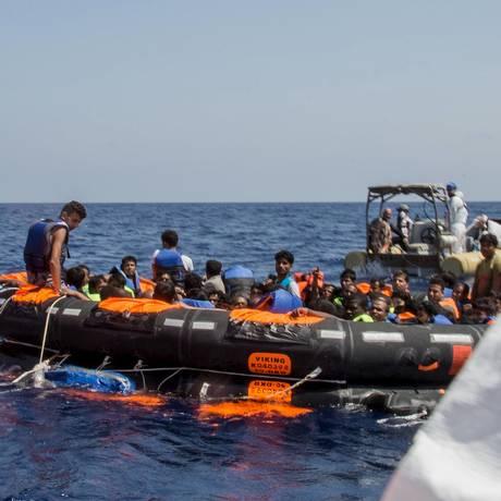 Imigrantes resgatados são levados por equipes de emergência depois de naufrágio de barco no Mediterrâneo Foto: HANDOUT / REUTERS