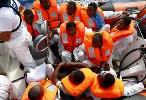 Imigrantes são resgatados pela guarda costeira italiana perto da costa da Líbia Foto: DARRIN ZAMMIT LUPI / REUTERS