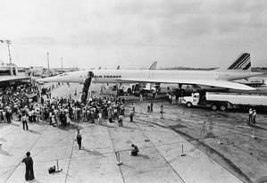 Supersônico. Na pista do Galeão, os passageiros do Concorde: redução de 12 para seis horas no tempo do voo entre Rio e Paris Foto: Sebastião Marinho 21/01/1976 / Agência O Globo