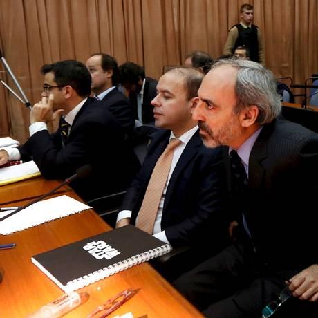Ex-juiz federal Juan José Galeano (direita) faz parte dos processados. Ele teria ajudado a tentar despistar investigação original Foto: MARCOS BRINDICCI / REUTERS