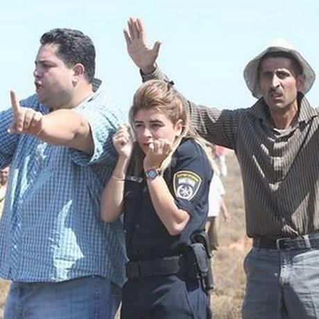 """Palestinos escoltaram agente gritando durante todo o percurso: """"não disparem, estamos protegendo ela"""" Foto: Reprodução Twitter"""