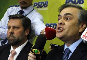 O líder do PSDB, senador Cássio Cunha Lima (à dir), e o deputado Carlos Sampaio defendem novas eleições para tirar país da crise Foto: Givaldo Barbosa / Agência O Globo