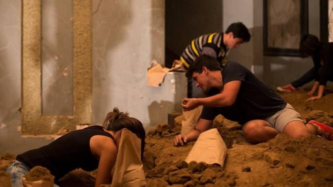 Público foi convidado a achar uma pepita escondida em obra de Sikic, numa mansão abandonada em Lima Foto: Divulgação/Janine Costa
