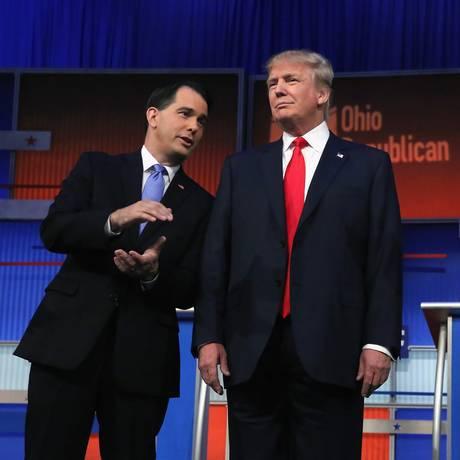 Com Scott Walker, e Jeb Bush ao lado, Donald Trump é alvo de críticas internas Foto: CHIP SOMODEVILLA / AFP