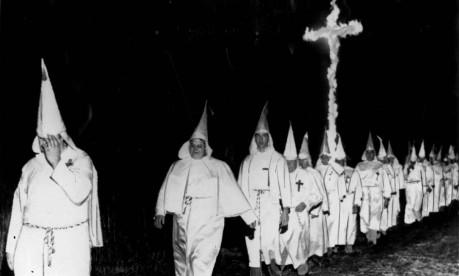 Sociedade secreta. Integrantes da Ku Klux Klan participam de cerimônia da seita racista nos EUA: FBI investigou crimes da organização Foto: 16/07/1957 / Arquivo