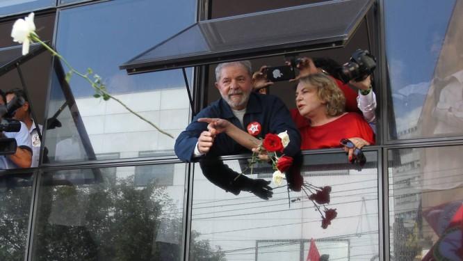 Lula e a mulher, Marisa Letícia, atiram rosas sobre manifestantes em ato de apoio ao ex-presidente Foto: Michel Filho / Agência O Globo