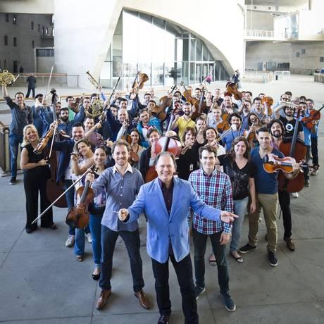 A orquestra. Roberto Minczuk à frente dos músicos em dia de ensaio, na Cidade das Artes, sede do grupo: maestro tem contrato até 2016 Foto: Fábio Seixo / Fábio Seixo