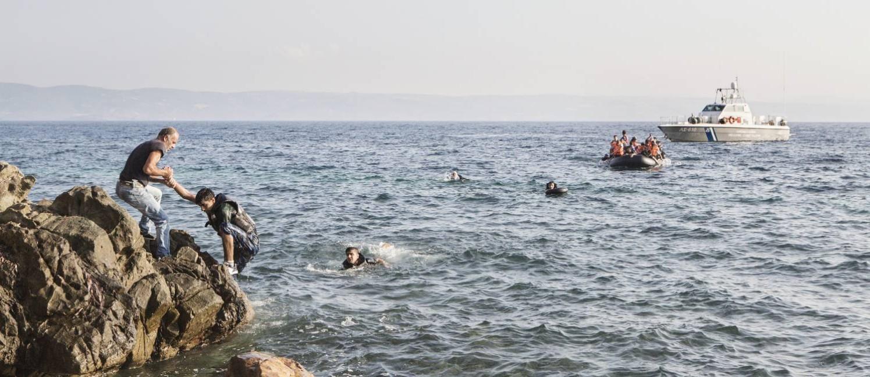 Local auxilia refugiados sírios a alcançarem a ilha grega de Lesbos: drama sem fim Foto: Alessandro Penso / The Washington Post