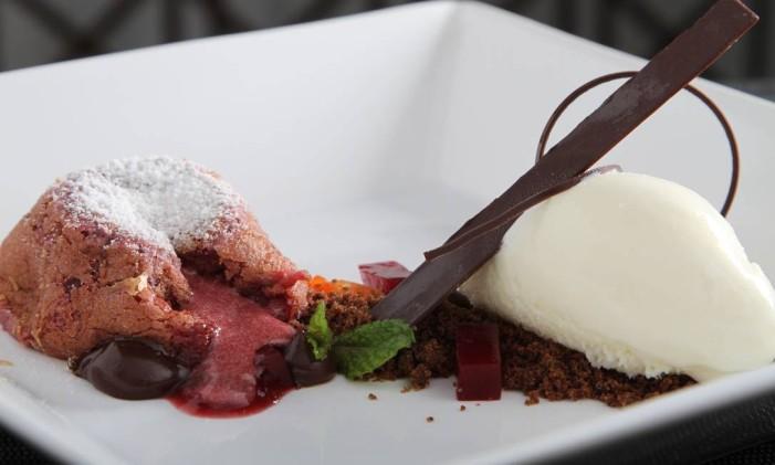 No Lima Resto Bar, frutas vermelhas com creme de chocolate, cacau e sorvete de creme. Divulgação/Flávio Sandoval Foto: DUO FOTOGRAFIA / O Globo