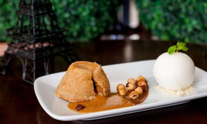 L'Entrecôte de Paris: petit gâteau de doce de leite com sorvete de pera. Foto: Divulgação