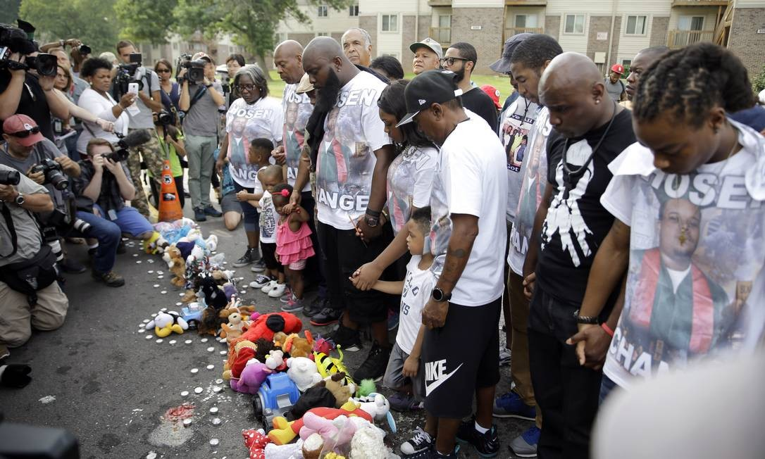 Michael Brown, o pai (centro), ora em memória do filho morto há um ano Foto: Jeff Roberson / AP