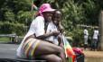 Casal lésbico se diverte durante 3ª Parada do Orgulho Gay de Uganda