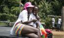 Casal lésbico se diverte durante 3ª Parada do Orgulho Gay de Uganda Foto: STRINGER / REUTERS