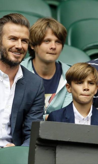 O 'Dad bod', o corpinho de pai de família, virou a forma física desejada entre homens americanos. Mas há famosos que preferem mesmo continuar com o físico em dia mesmo após a paternidade. Na véspera do dia dos pais, listamos aqueles que continuam batendo um bolão, a começar por David Beckham, que aparece na foto acima acompanhado dos filhos durante o último Torneio de Tênis de Wimbledon Kirsty Wigglesworth / AP