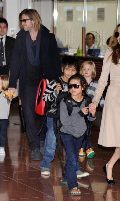 E se tem um pai que poderia dar sinais de cansaço este pai é Brad Pitt, que na foto aparece ao lado da mulher, Angelina Jolie, e de sua trupe: Maddox Chivan, Pax Thien, Zahara Marley, Shiloh Nouvel e os gêmeos Knox Leon e Vivienne Marcheline TORU YAMANAKA / AFP