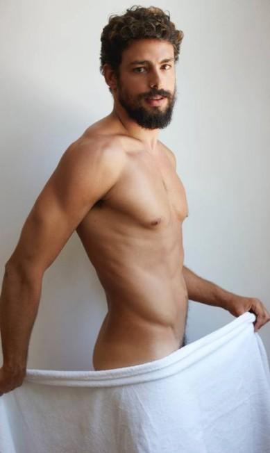 Cauã Reymond também mostrou que se tornar pai de Sofia não atrapalhou em nada sua forma física. Na foto, ele posa de toalha e sexy por Mario Testino Mario Testino / Reprodução/ Instagram