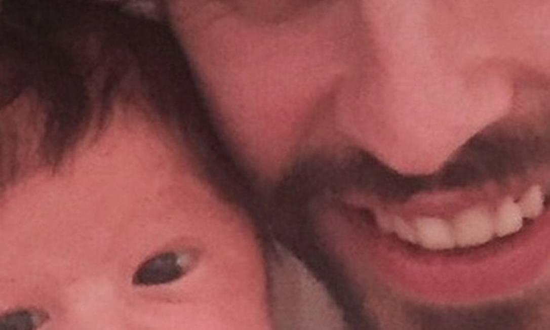 Gerard Piqué é outro jogador que tem fama de galã. Na foto, ele posa ao lado do pequeno Sasha. Ele também é pai de Milan Instagram
