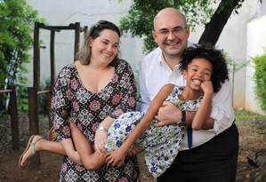 Novo lar, de novo: Devolvida pela primeira família que a adotou, Beatriz reencontrou a alegria nos braços de Aarmando e Katya Char, que moram em São Paulo Foto: Marcos Alves / Agência O Globo