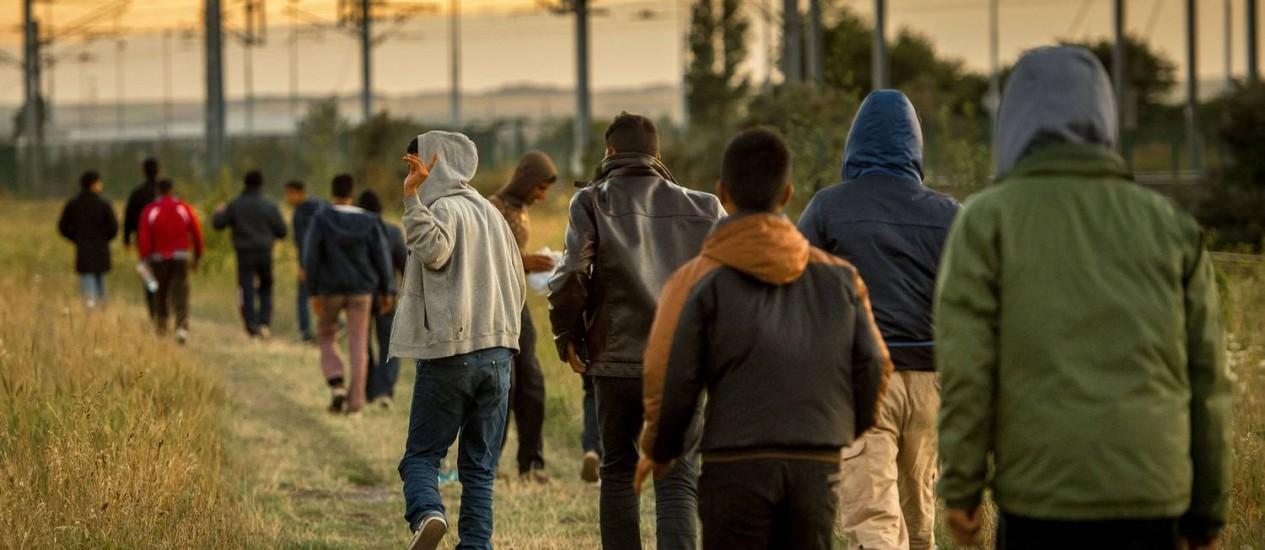 Drama. Migrantes andam em Calais tentando entrar no Eurotúnel para cruzar o Canal da Mancha: problema tratado com repressão pelas autoridades Foto: AFP/6-8-2015