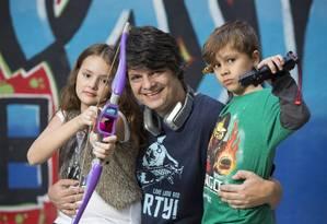 Cada um na sua. Na foto, o pai Nick Ellis com os filhos Maria Clara e Theo. Foto: Ana Branco / Agência O Globo