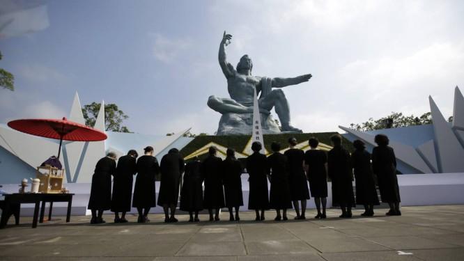 Visitantes deixam homenagens em marco da Estátua da Paz Foto: Eugene Hoshiko / AP