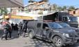 Policiamento é reforçado na entrada do Morro da Pedreira, em Costa Barros, onde o traficante Playboy foi morto