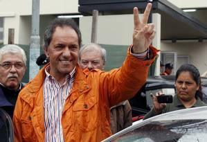 Daniel Scioli, candidato kirchnerista, chega para votar nas primárias Foto: MARTIN ACOSTA / REUTERS