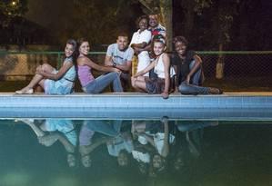Mãe social: Benedita e seu marido Gilson (ao fundo) com os jovens da família: Roberta (à esquerda), Vanessa, Daniel, Evellyn e Tainá Foto: Leo Martins / Agência O Globo