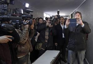 Máximo Kirchner tira uma selfie com jornalistas antes de votar na província de Santa Cruz Foto: Walter Diaz / AFP